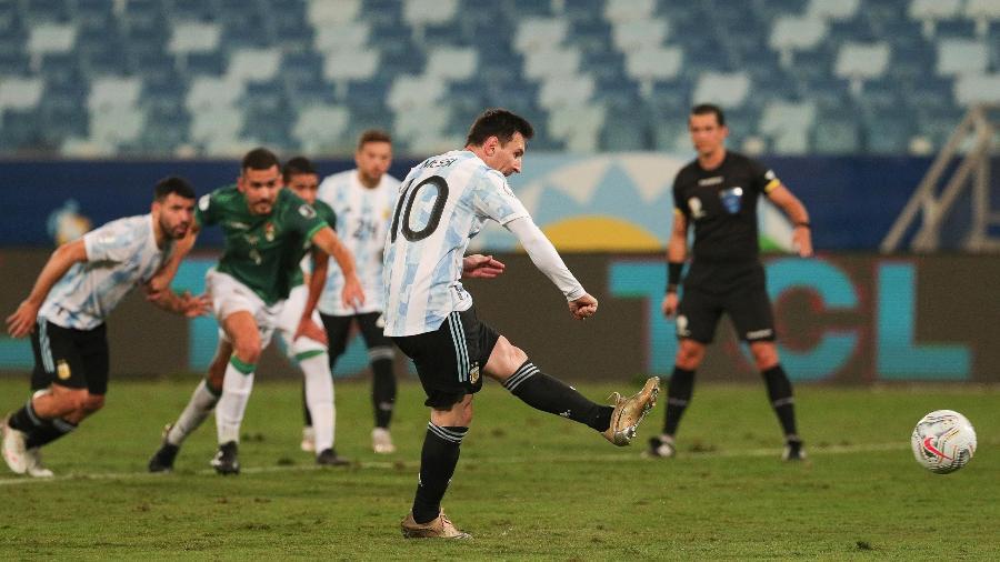 Messi cobra pênalti e faz o primeiro de seus dois gols em dia histórico para sua carreira pela Argentina - Twitter da seleção argentina