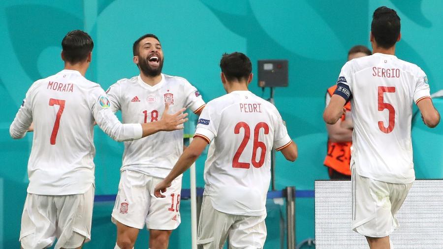 Morata, Pedri e Busquets comemoram gol marcado por Jordi Alba no duelo entre Espanha e Suíça - Alexander DemianchukTASS via Getty Images