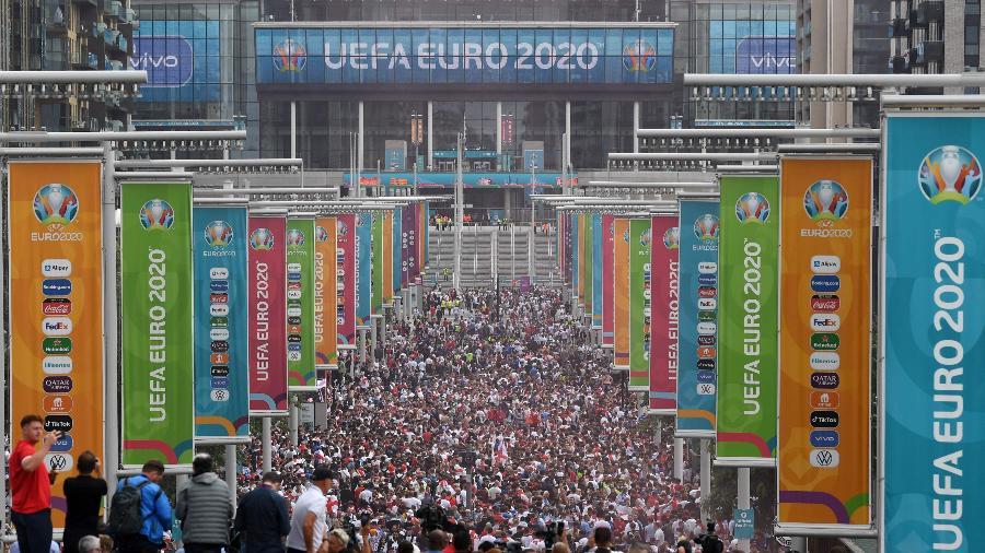 Torcedores se aglomeram fora de Wembley antes da final da Eurocopa entre Inglaterra e Itália - Daniel Leal-Olivas/AFP