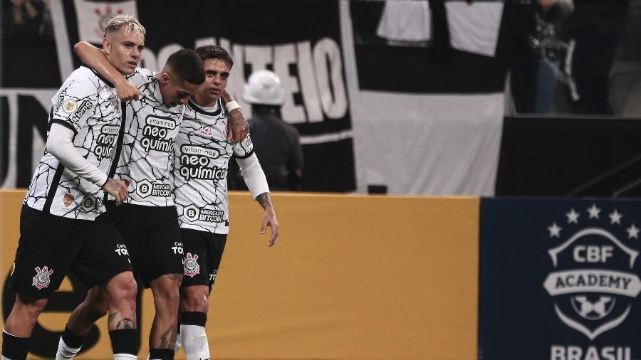 Jogadores do Corinthians comemoram gol de Gabriel Pereira contra o Fluminense - Ettore Chiereguini/AGIF