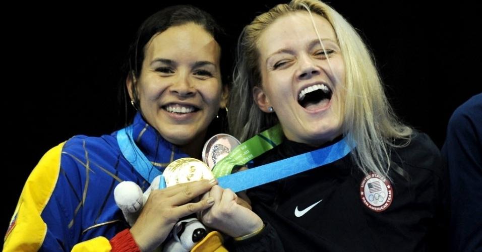 À esquerda, Alejandra Benitez comemora medalha de prata na esgrima do Pan