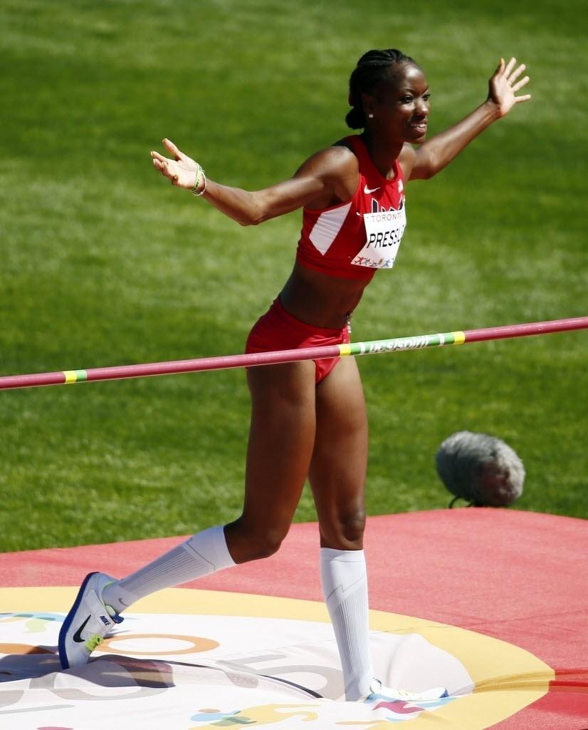 Maya Pressley comemora depois de saltar com sucesso na disputa do salto em altura