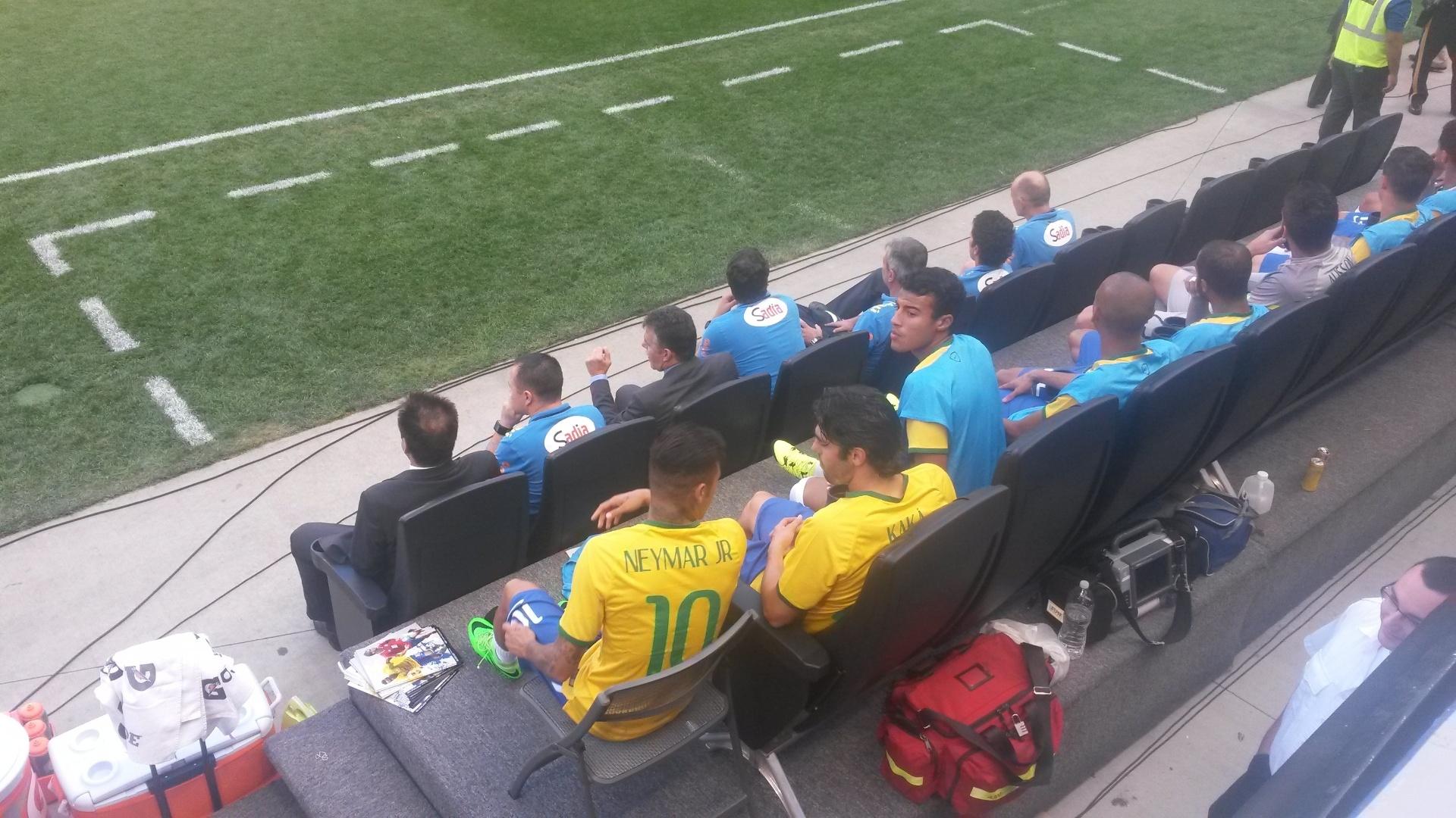 Reservas no amistoso deste sábado, Neymar e Kaká conversam no banco antes da partida entre Brasil e Costa Rica