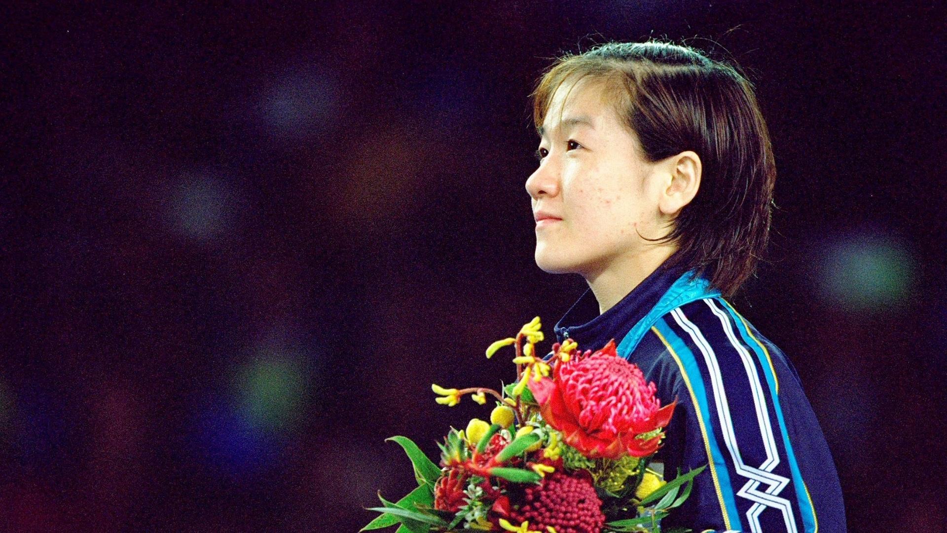 17.set.2000 - Ryoko Tamura Tani ouve o hino do Japão após conquistar a medalha de ouro no judô na Olimpíada de Sydney-2000