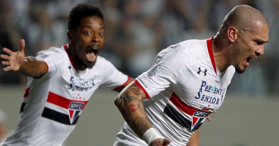 Michel Bastos e Maicon comemoram o gol do zagueiro pelo São Paulo contra o Atlético-MG, na Libertadores