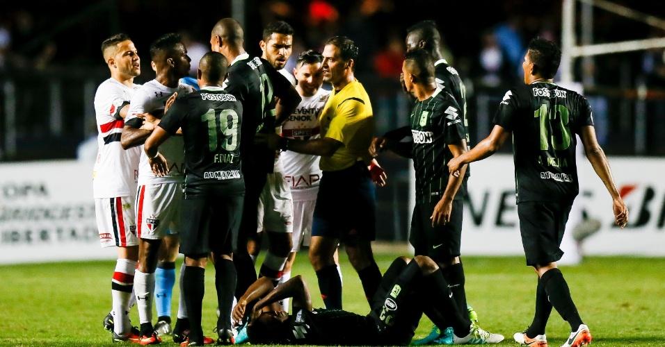 Jogadores do São Paulo cercam árbitro após desentendimento entre Maicon e Miguel Borja