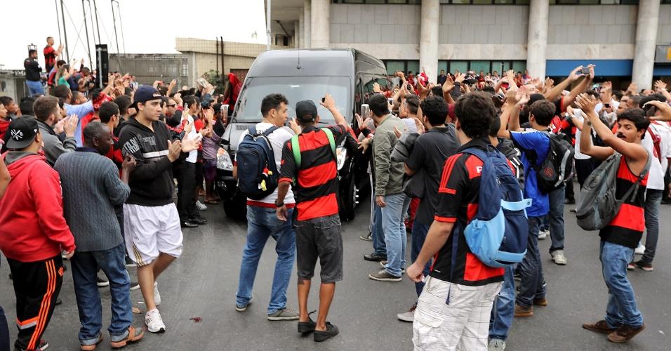 Torcedores do Fla seguiram Diego até o lado de fora do aeroporto e correram atrás do carro do jogador