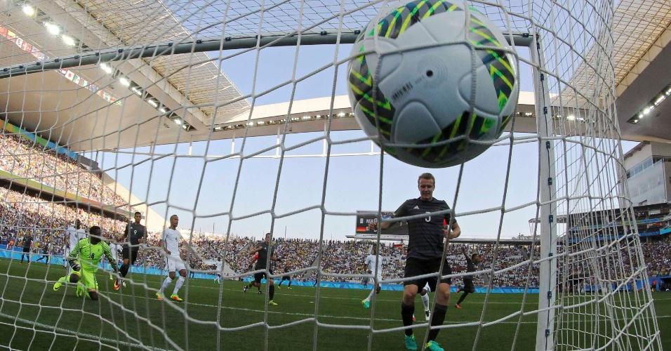 Lukas Klostermann, da Alemanha, comemora gol na partida contra a Nigéria