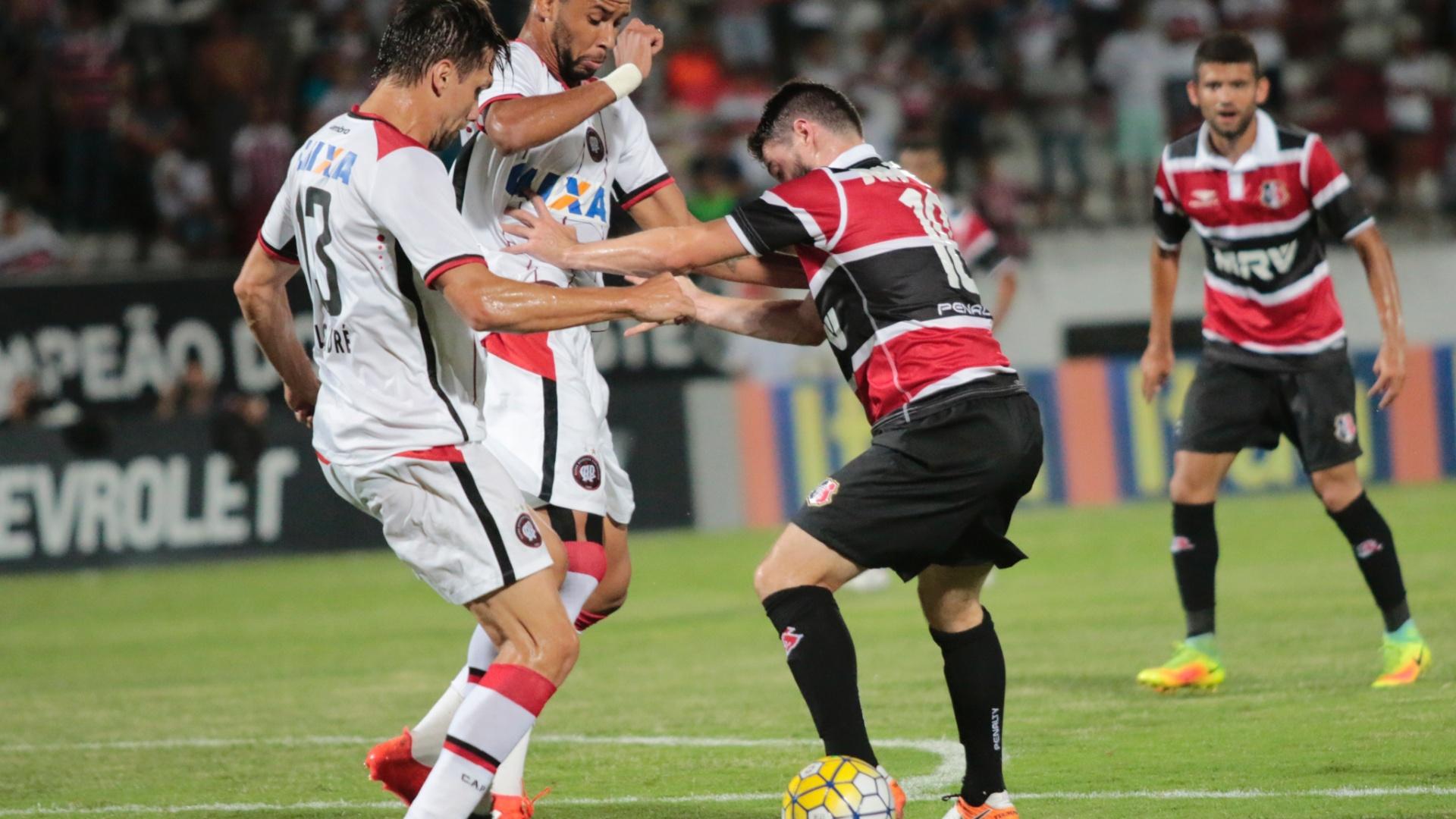 João Paulo, do Santa Cruz, encara a marcação do Atlético-PR