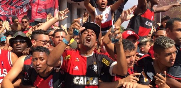 """Torcedor do Fla exibe o """"cheirinho do hepta"""" em recepção aos jogadores no aeroporto - Pedro Ivo Almeida/UOL"""