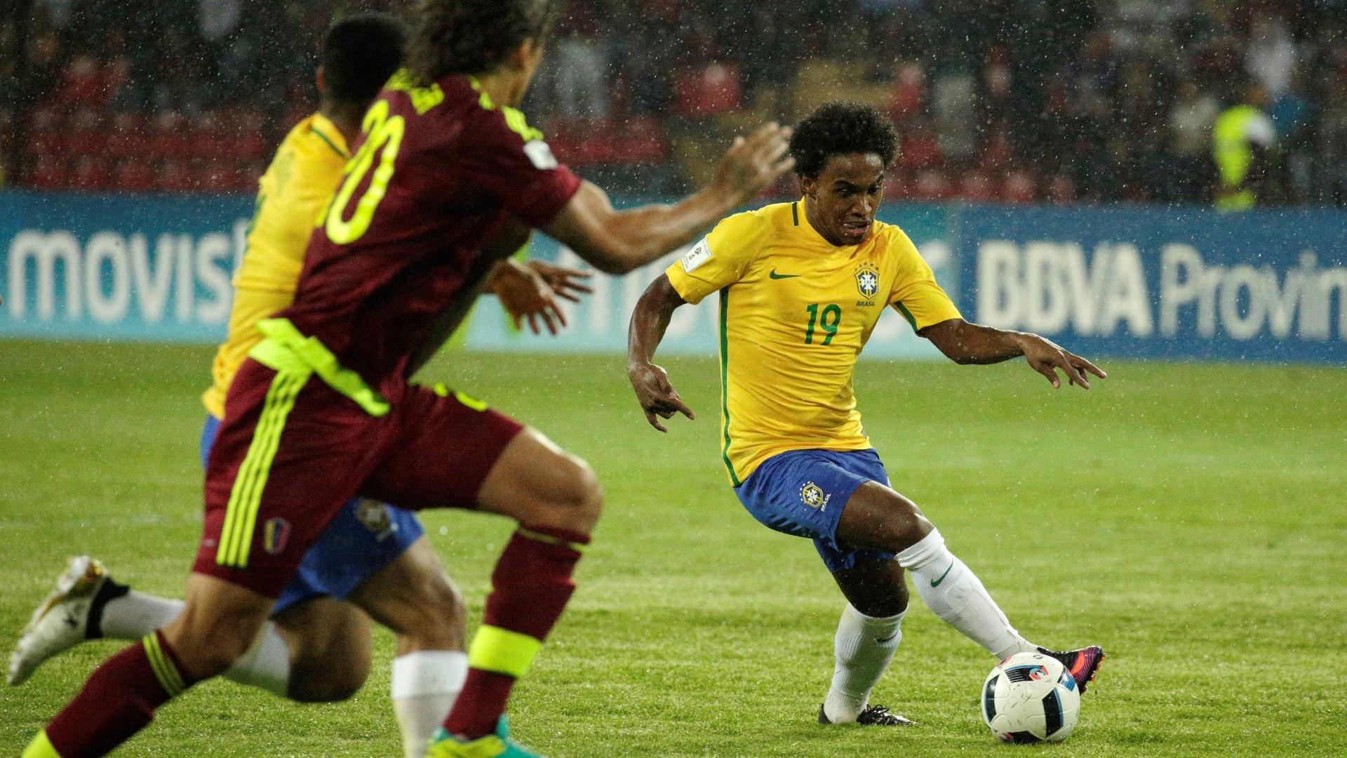 Willian controla a bola na partida entre Venezuela e Brasil pelas eliminatórias para a Copa 2018