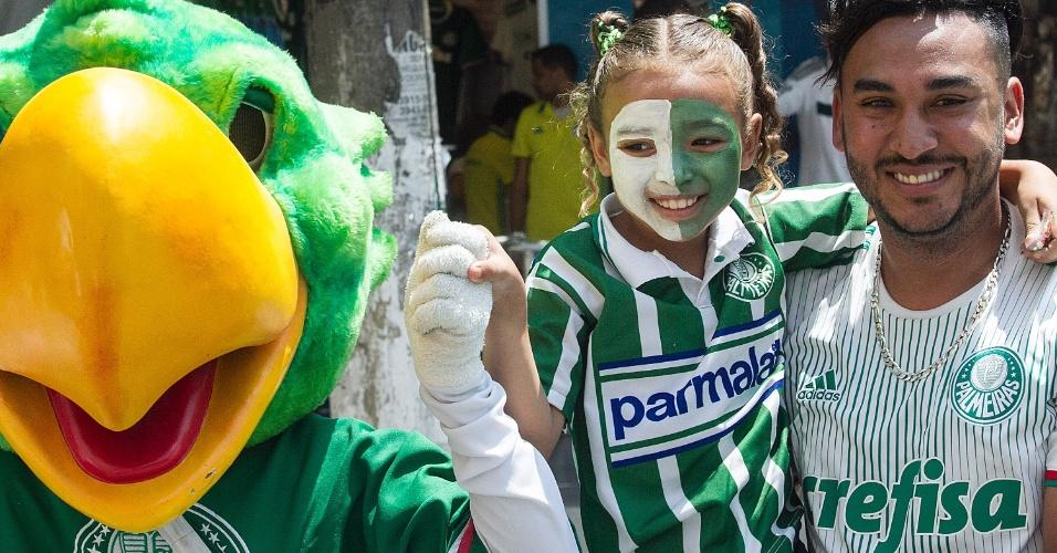 Duda sorri ao lado do pai e mascote do Palmeiras