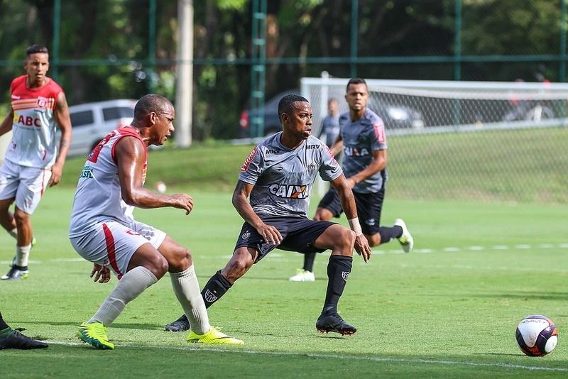 Robinho em ação durante jogo-treino do Atlético-MG com o Guarani, de Divinópolis