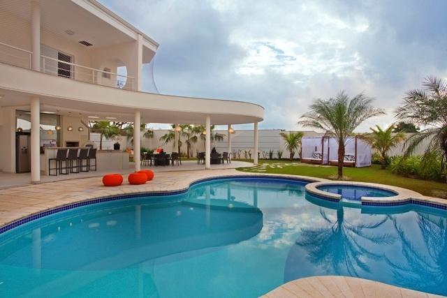 Área externa da casa conta com um piscina
