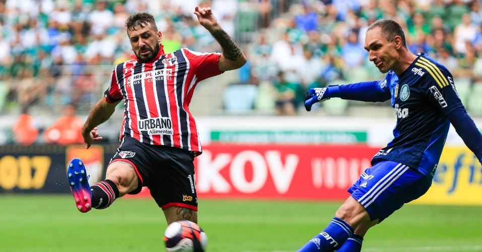 Lucas Pratto, do São Paulo, tenta cortar chute de Fernando Prass, do Palmeiras