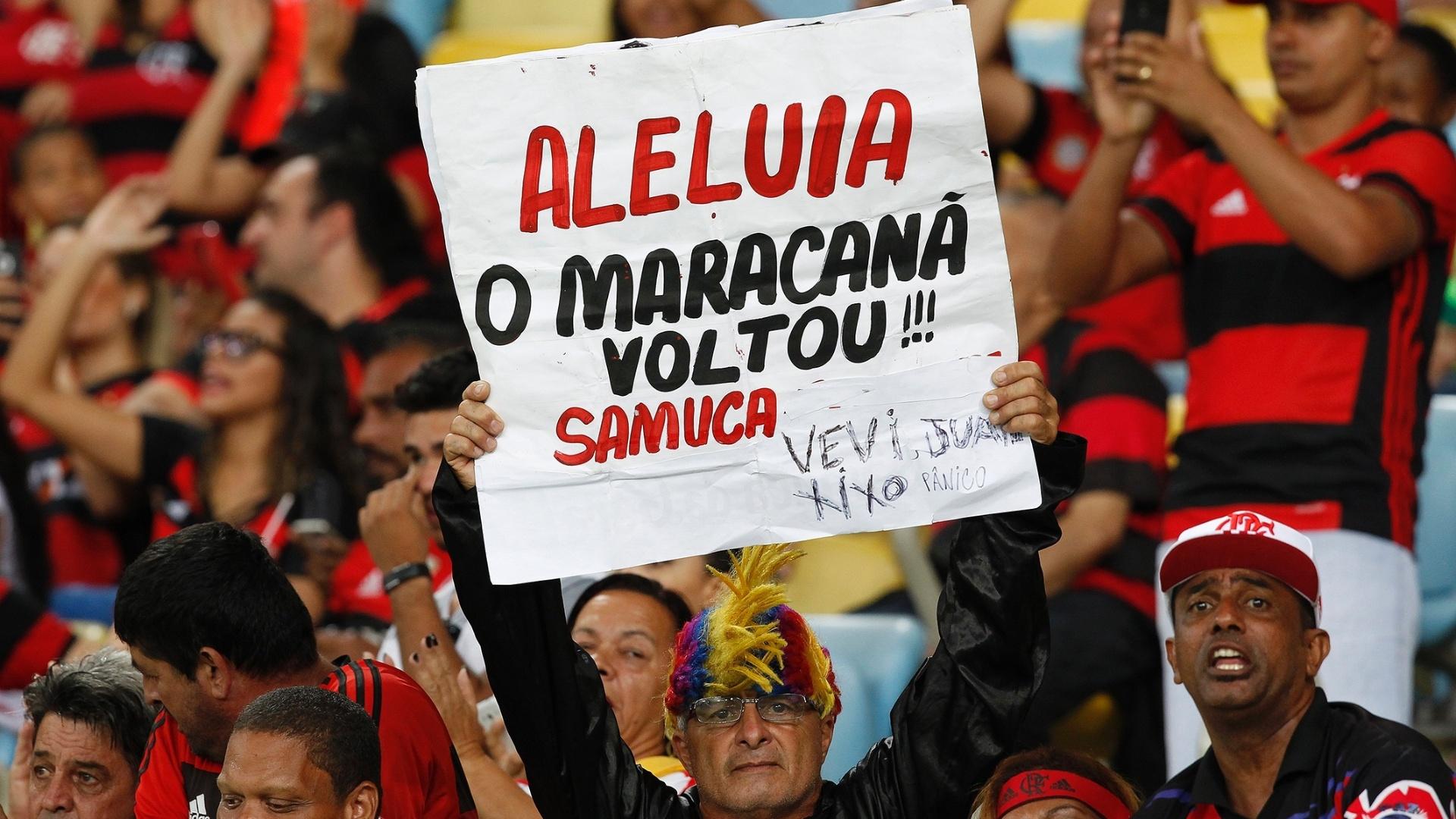 Torcedor do Flamengo comemora o retorno do Maracanã no clássico contra o Vasco