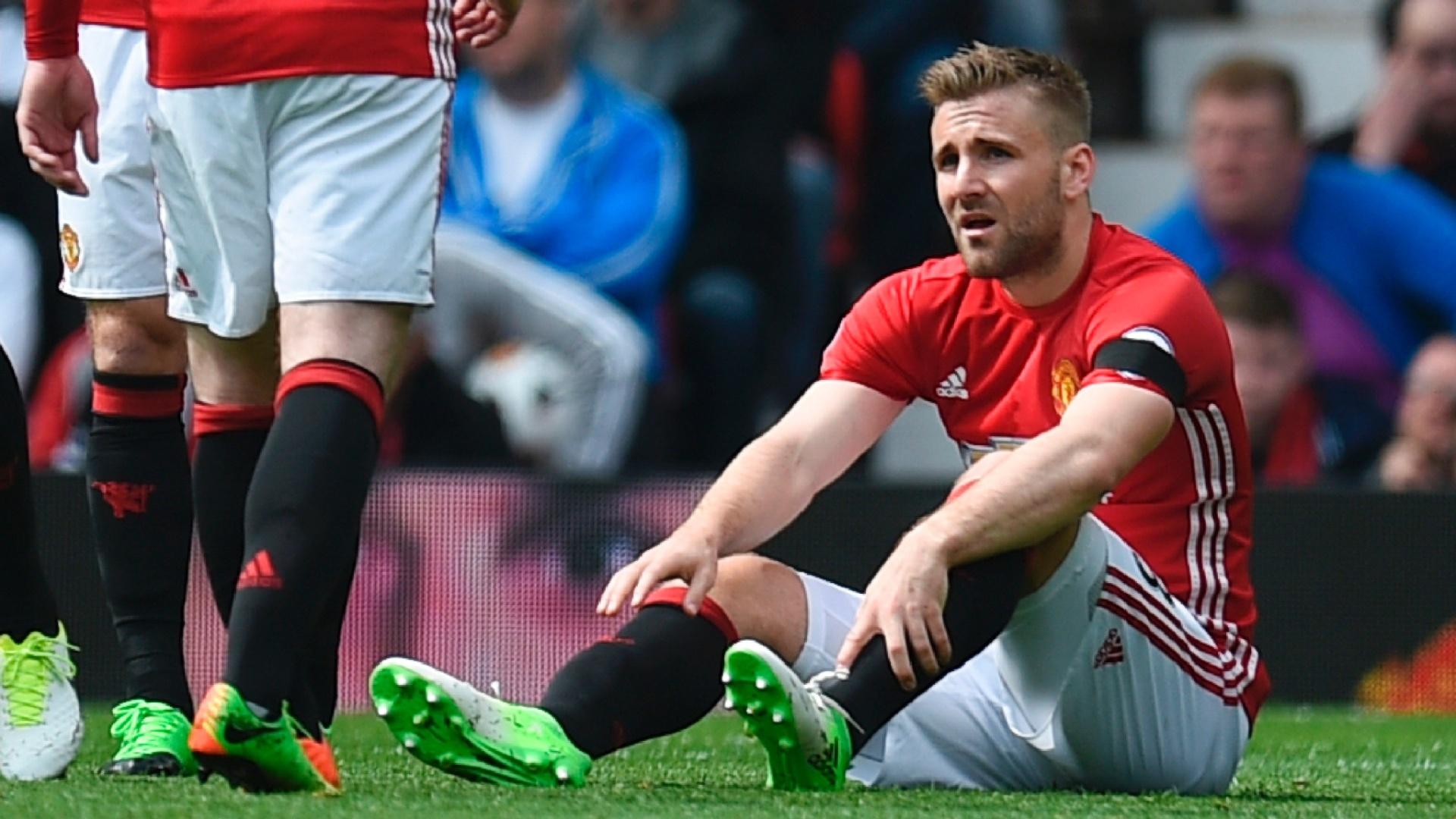 Luke Shaw sente lesão aos nove minutos de partida contra o Swansea