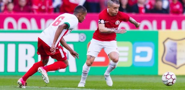 D'Alessandro tenta superar a marcação de Paulinho do Boa Esporte