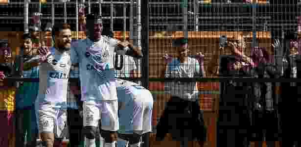 Lucas Lima e Bruno Henrique (dir.) comemoram um dos gols do Santos sobre o Bahia - Ale Cabral/AGIF - Ale Cabral/AGIF