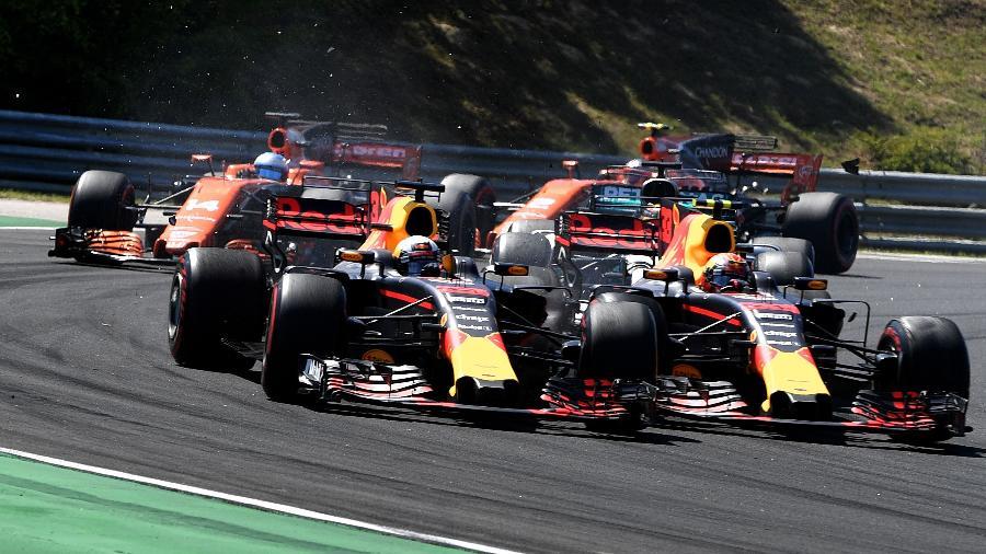 Max Verstappen e Daniel Ricciardo durante a primeira volta do GP da Hungria - Andrej Isakovic/AFP