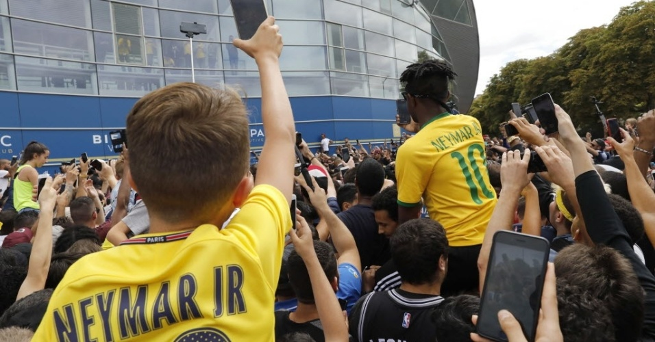 Torcedores ficam na porta do erstádio Parc des Princes à espera de Neymar