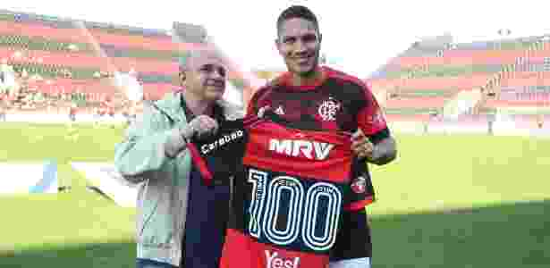 Paolo Guerrero completou recentemente 100 jogos pelo Flamengo e foi homenageado - Gilvan de Souza/Flamengo