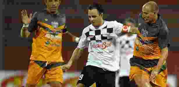 Felipe Massa encara a marcação na partida beneficente em Monza - Daniel Dal Zennaro/EFE
