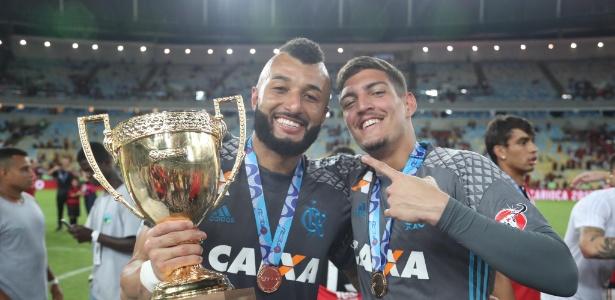 Alex Muralha e Thiago comemoram o título carioca do Flamengo: fase agora é delicada