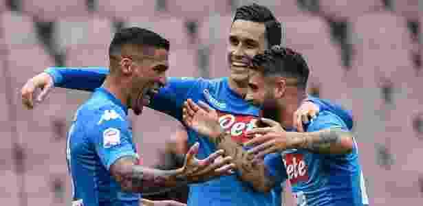 Brasileiro Allan (esq.) comemora primeiro gol do Napoli na vitória sobre o Sassuolo - ANDREAS SOLARO / AFP