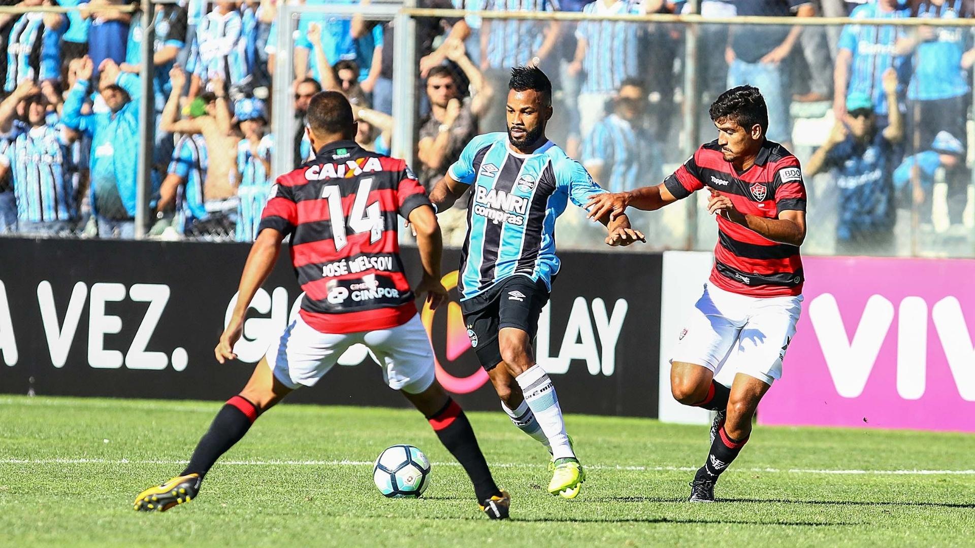 Fernandinho disputa bola em Grêmio x Vitória pelo Campeonato Brasileiro