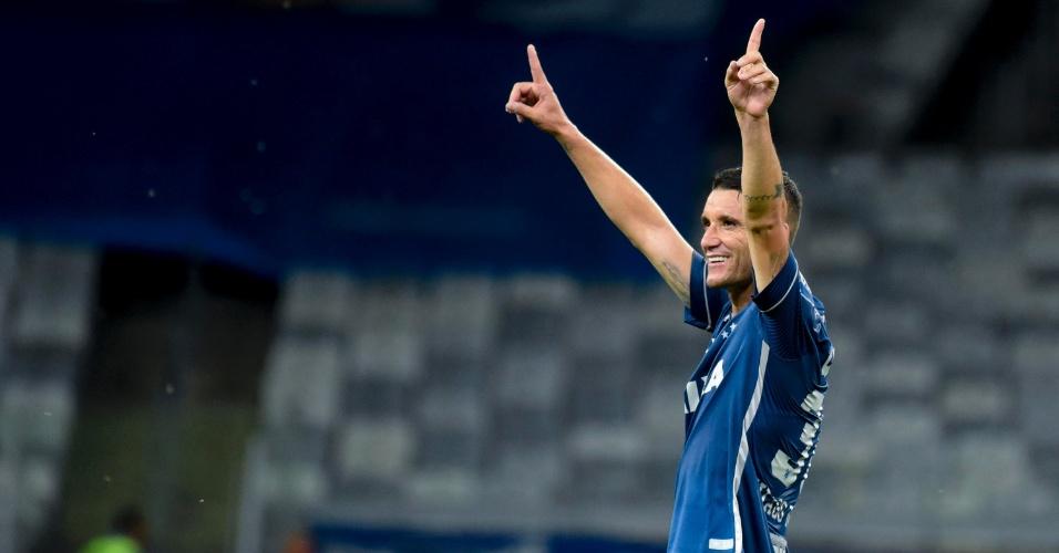 Thiago Neves vibra com o segundo gol do Cruzeiro sobre o Fluminense