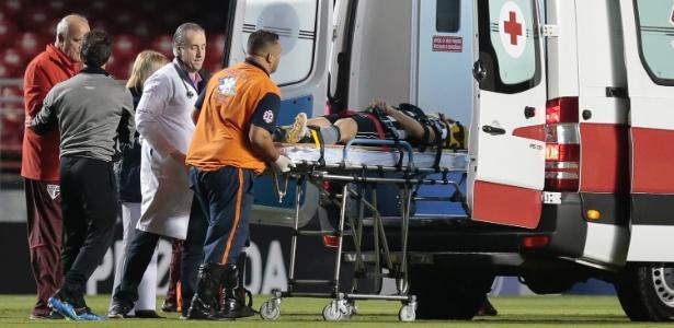 Jogador foi retirado imediatamente do gramado do Morumbi