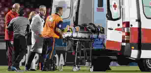 Jogador foi retirado imediatamente do gramado do Morumbi - Marcello Zambrana/AGIF