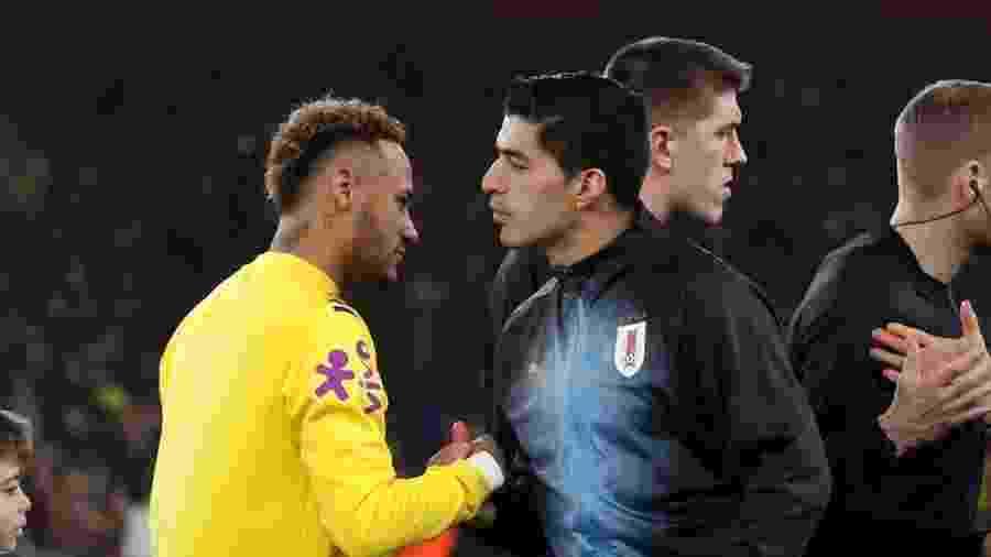 16.nov.2018 - Neymar e Suárez se cumprimentam antes de Brasil x Uruguai - Peter Cziborra/Reuters