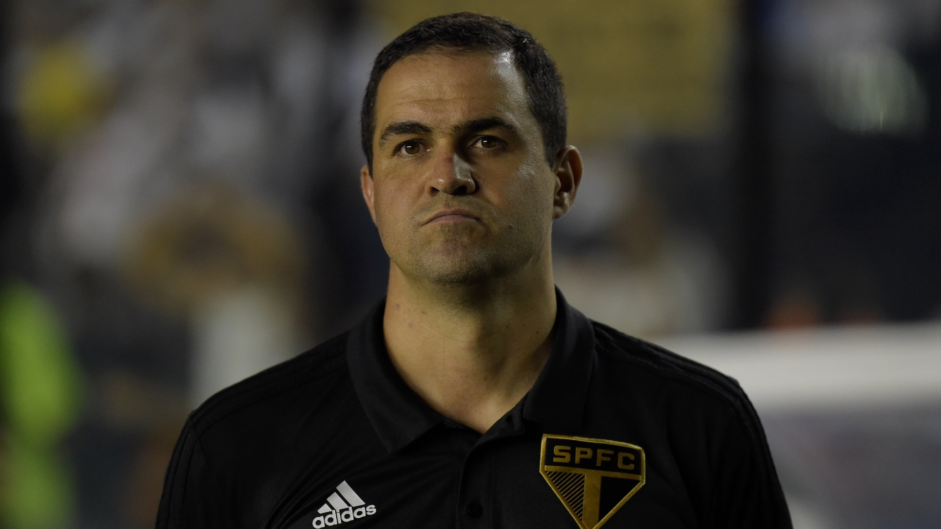 André Jardine, técnico do São Paulo, acompanha jogo contra o Vasco