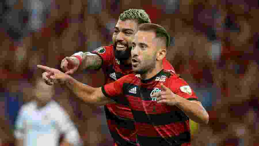 Everton Ribeiro e Gabigol comemoram um dos gols do Flamengo na tranquila vitória sobre a LDU - Alexandre Vidal / Flamengo