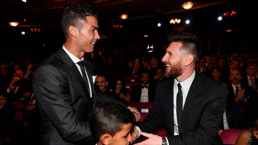 Cristiano Ronaldo e Lionel Messi se cumprimentam durante premiação da Fifa - AFP PHOTO / Ben STANSALL