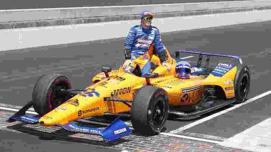 Fernando Alonso posa com sua McLaren nos treinos da Indy 500 - Brian Spurlock-USA TODAY Sports