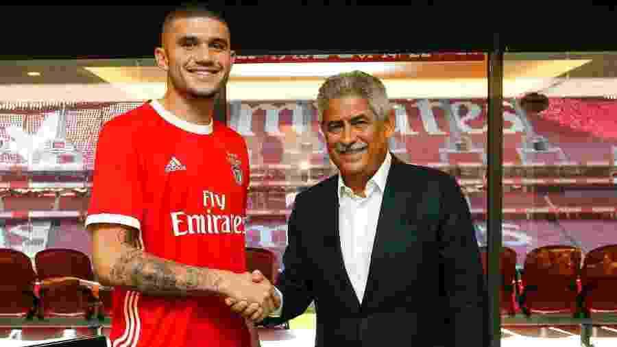 Morato posa ao lado de Luís Filipe Vieira, presidente do Benfica, em sua apresentação no clube - Divulgação/Benfica