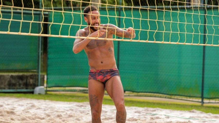 Neymar durante treinamento de futevôlei, em casa, no Brasil - Divulgação