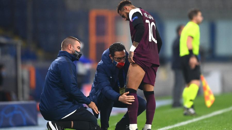 Neymar sentiu lesão durante a partida entre Istanbul e PSG, pela Liga dos Campeões - Getty Images