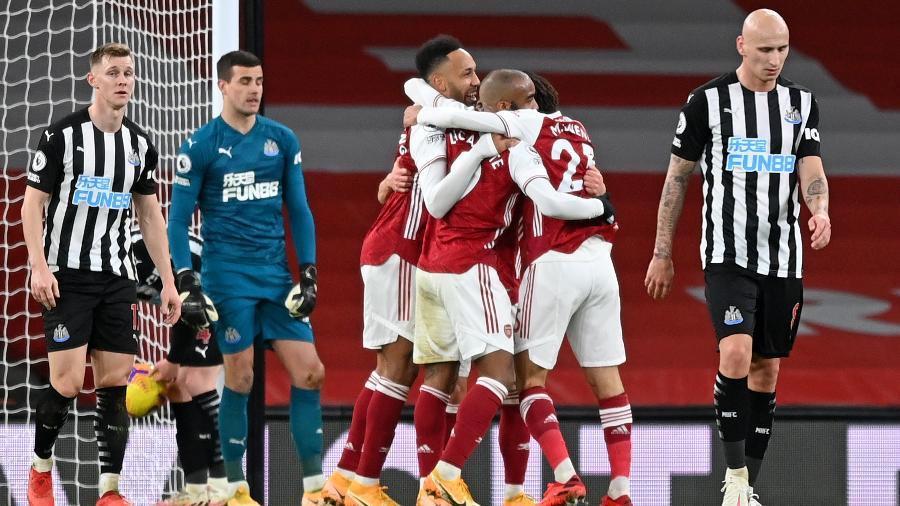 Jogadores do Arsenal comemoram gol de Aubameyang  - SHAUN BOTTERILL/AFP