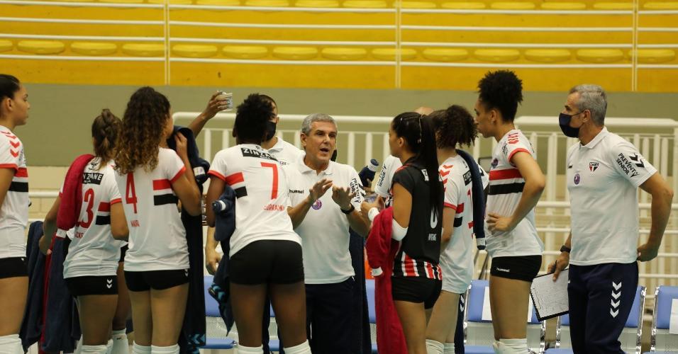 Zé Roberto Guimarães dá orientações ao time São Paulo/Barueri