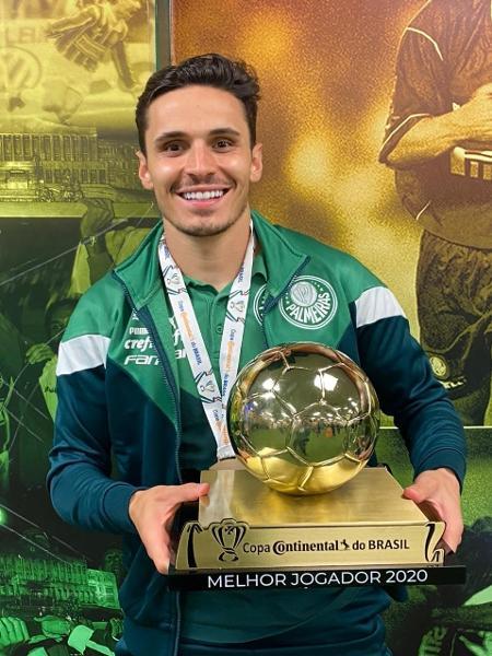 Raphael Veiga, meia do Palmeiras, recebe o prêmio de melhor jogador da Copa do Brasil - Divulgação