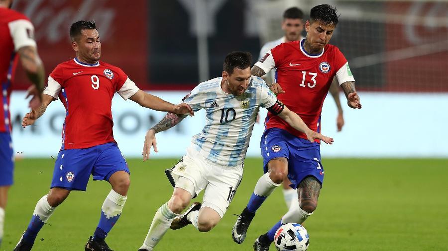 Messi recebe a marcação de Pulgar, na partida entre Argentina x Chile, pelas Eliminatórias da Copa  - Agustin Marcarian - Pool/Getty Images