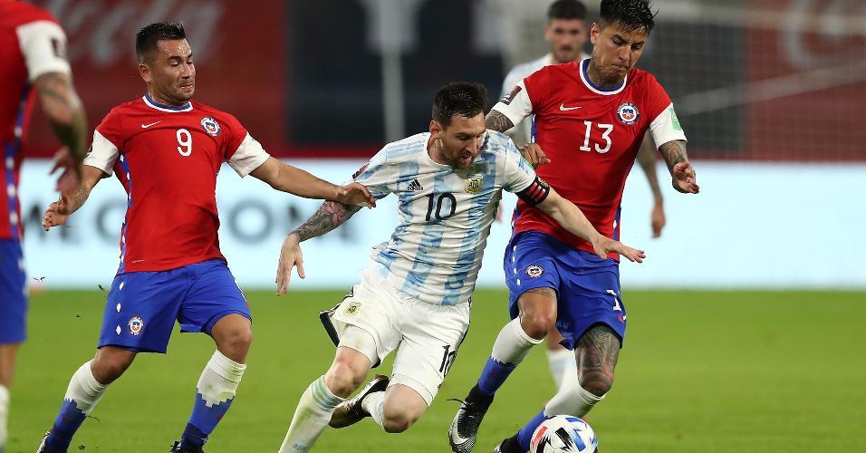 Messi recebe a marcação de Pulgar, na partida entre Argentina x Chile, pelas Eliminatórias da Copa