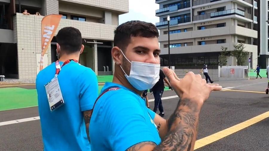 Bruno Guimarães, da seleção de futebol masculino, em visita à Vila Olímpica, em Tóquio - Reprodução/CBF TV