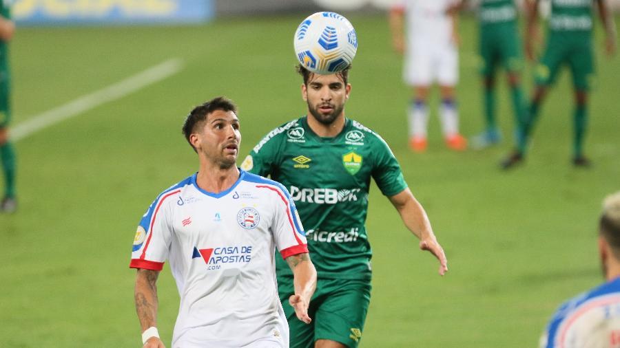 Lucas Mugni e Pepê disputam lance em Cuiabá x Bahia pelo Brasileirão - Gil Gomes/AGIF