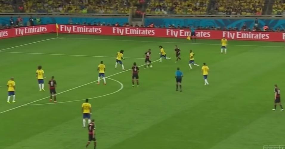 A Alemanha dominou completamente o jogo e a reação do Brasil foi uma só: recuar como dava. A imagem mostra nove dos dez jogadores de linha em um espaço exíguo entre a pequena área e a intermediária defensiva. Mesmo assim, a desorganização dava brechas na marcação e o 6 a 0 só não veio no primeiro tempo porque os rivais desperdiçaram boas chances.