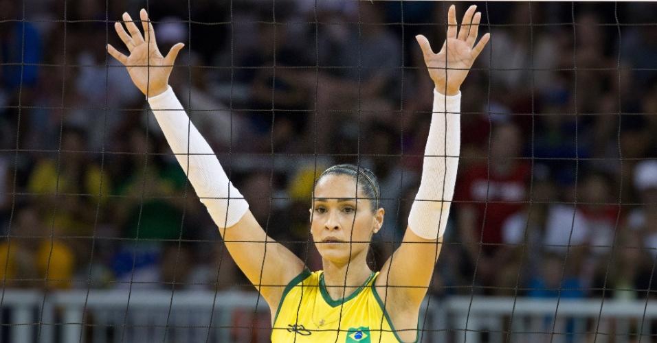 Jaqueline se posiciona na rede durante a partida entre Brasil e Porto Rico